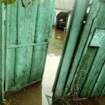 Через масивні зливи вже кілька днів затоплені подвір'я житлових будинків смт Луганське