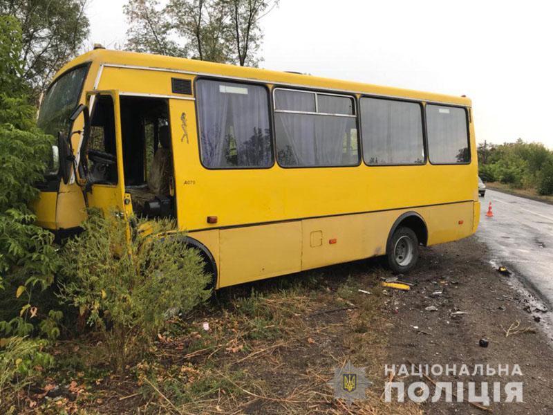 """В Донецькій області зіштовхнулися """"легковик"""" та пасажирський автобус"""