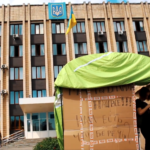 """Активісти побудували """"МАФ"""" біля Бахмутської міської ради"""