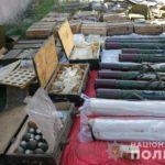 """Бахмутські поліцейські знайшли """"скарб"""" із тисячами боєприпасів (ФОТО)"""