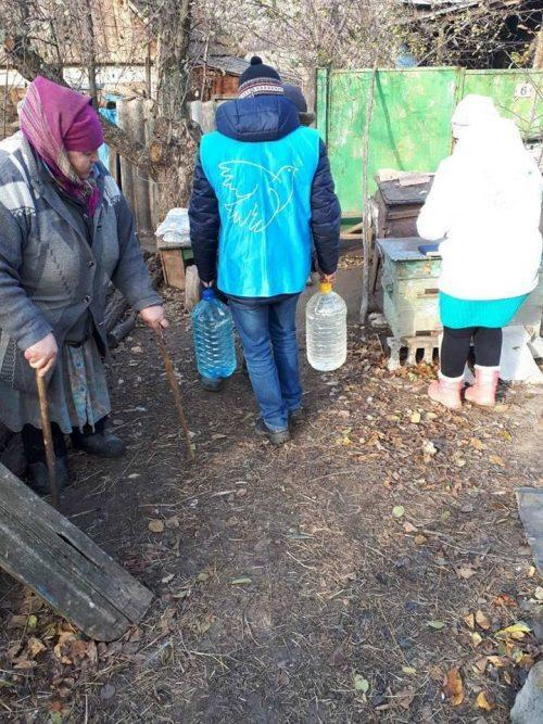 Проліска дала мешканцям Пилипчатиного з Бахмутського району ковдри та питну воду
