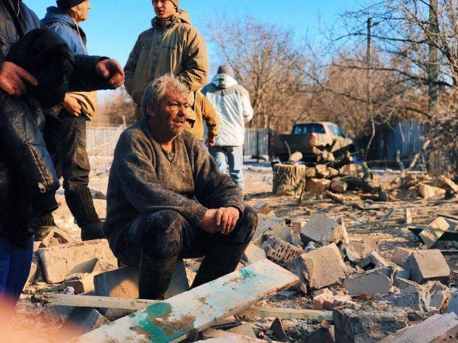Окупанти влучили в Новолуганське та зруйнували будинок місцевого мешканця