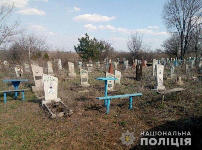 На Донеччині на кладовищі підірвалась жінка