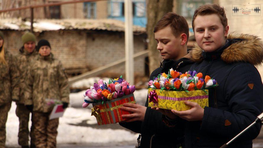 Військовослужбовиць мобільного госпіталю на Донеччині привітали зі святом