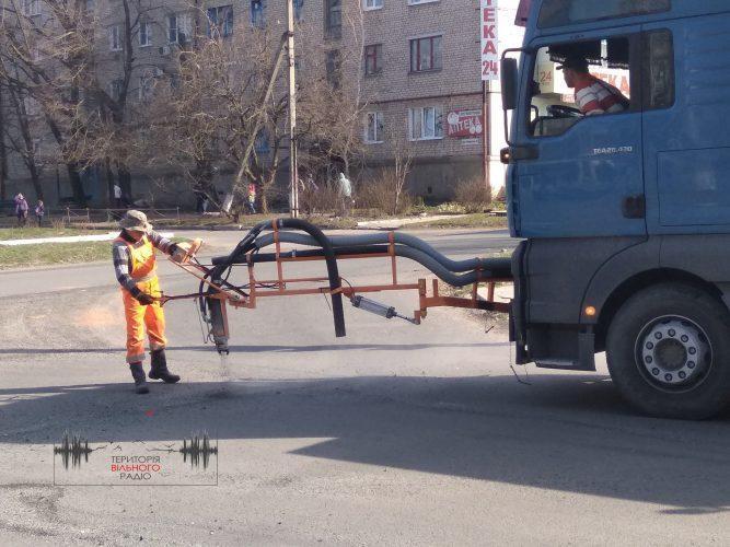 У Бахмуті розпочався ямковий ремонт доріг. Де буде легше проїхати (ФОТО)