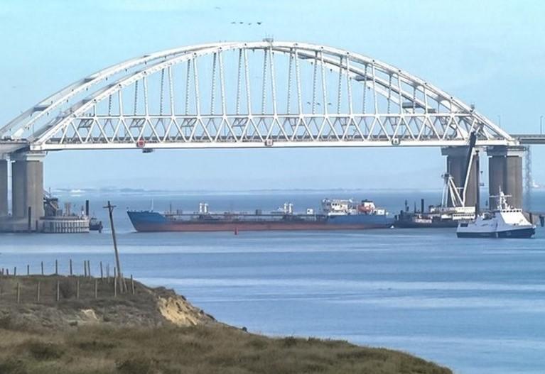Російські збройні сили атакували українські кораблі в Керченській протоці