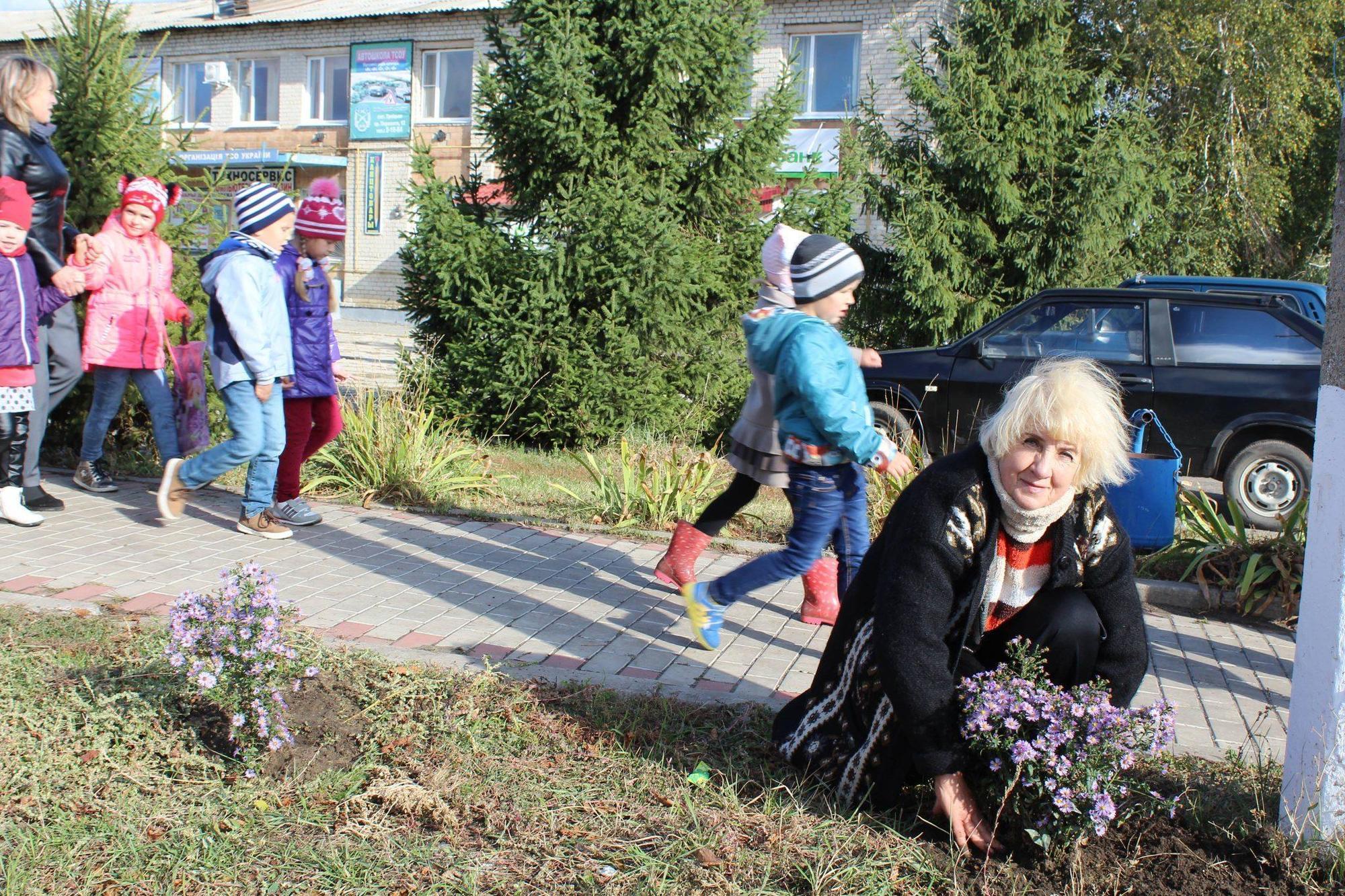 Троїчанка Лариса Бабукова сама висаджує десятки квітів на вулицях свого міста