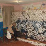Люди-павуки з Бахмута: як в місті вже 5 рік плетуть сітки для військових