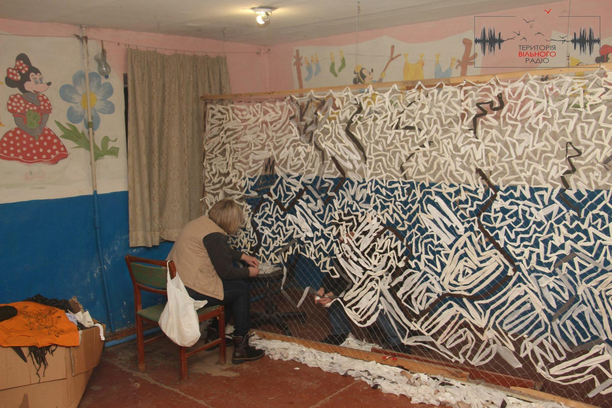 Як волонтери з Бахмута плетуть сітки для військових на Донбасі