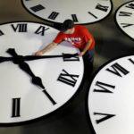 Этой ночью в Украине переводят часы