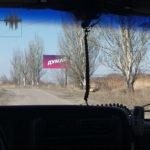 """Фотофакт: В сірій зоні в районі смт Зайцеве висить плакат """"Думай"""", а на КПВВ - реклама Порошенка"""