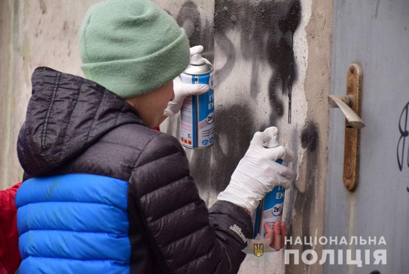 Школярі Донеччини массово розмальовують стіни