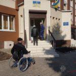 На Донеччині виборцю з інвалідністю довелось чекати, щоб його занесли на дільницю на руках (ВІДЕО)