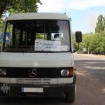 """Пасажири """"за 50"""", гід з гумором та десятки кілометрів по дірявих дорогах. Як на Донбасі працює соціальний автобус"""