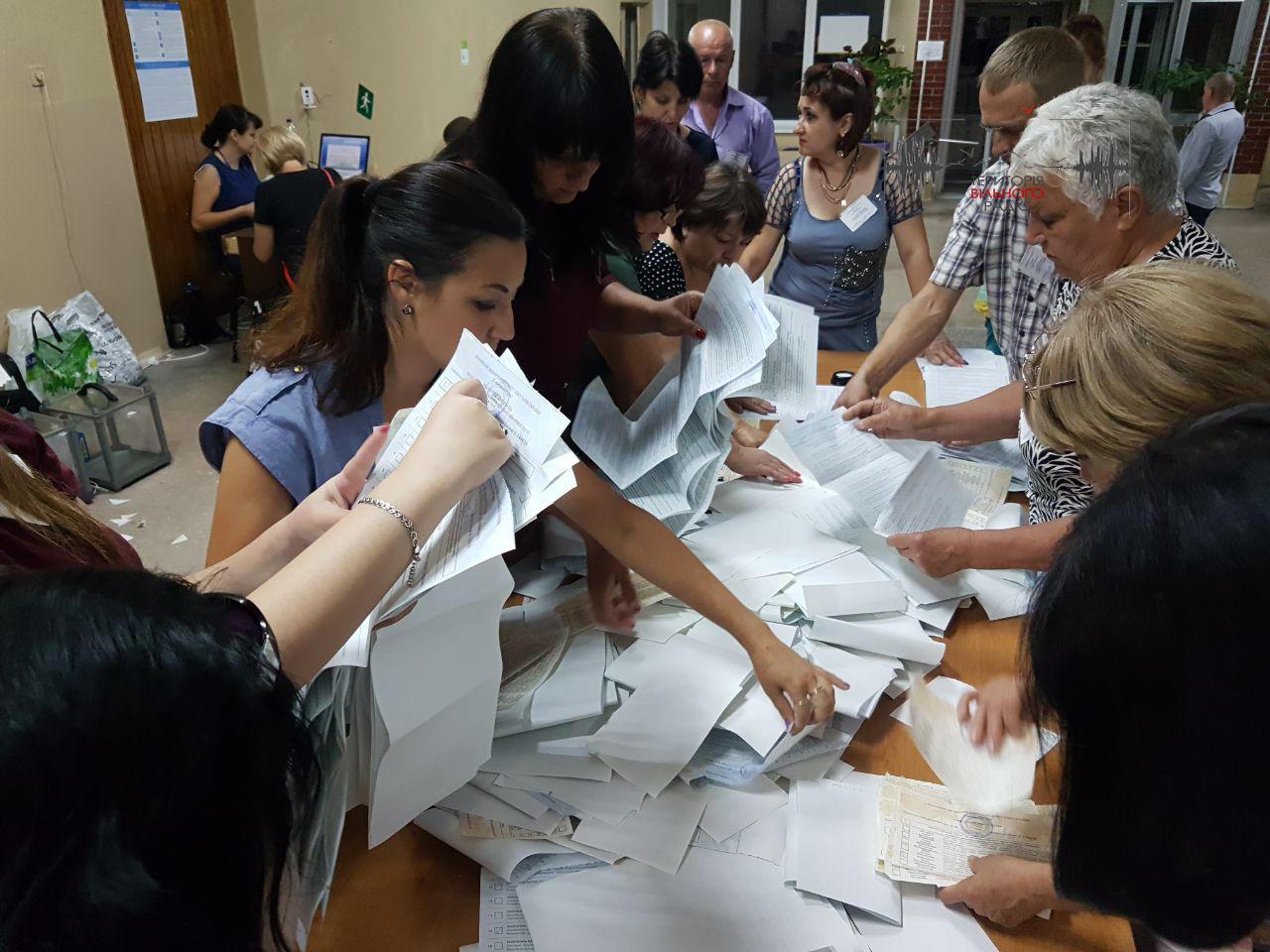 """""""Загубили"""" 34 людини та заплутались з кандидатами. Як пройшов підрахунок на виборчій дільниці №140636 в Бахмуті"""