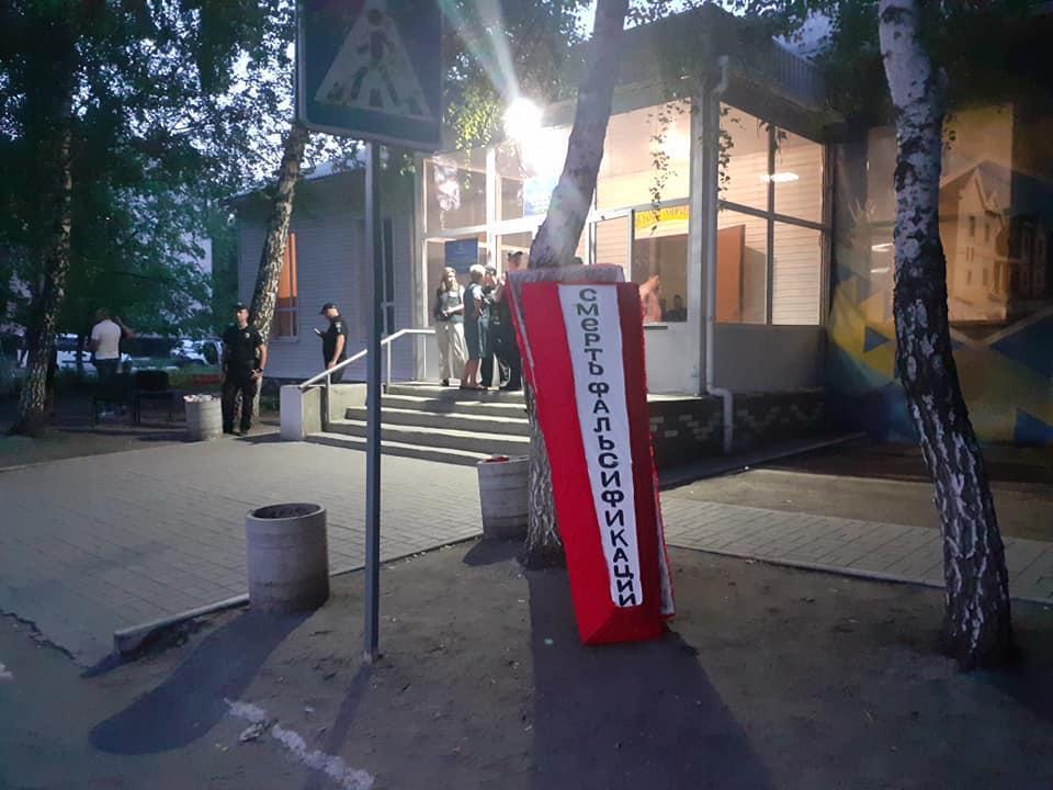 На Донеччині через розбіжність в результатах виборів під дільницею мітингують активісти