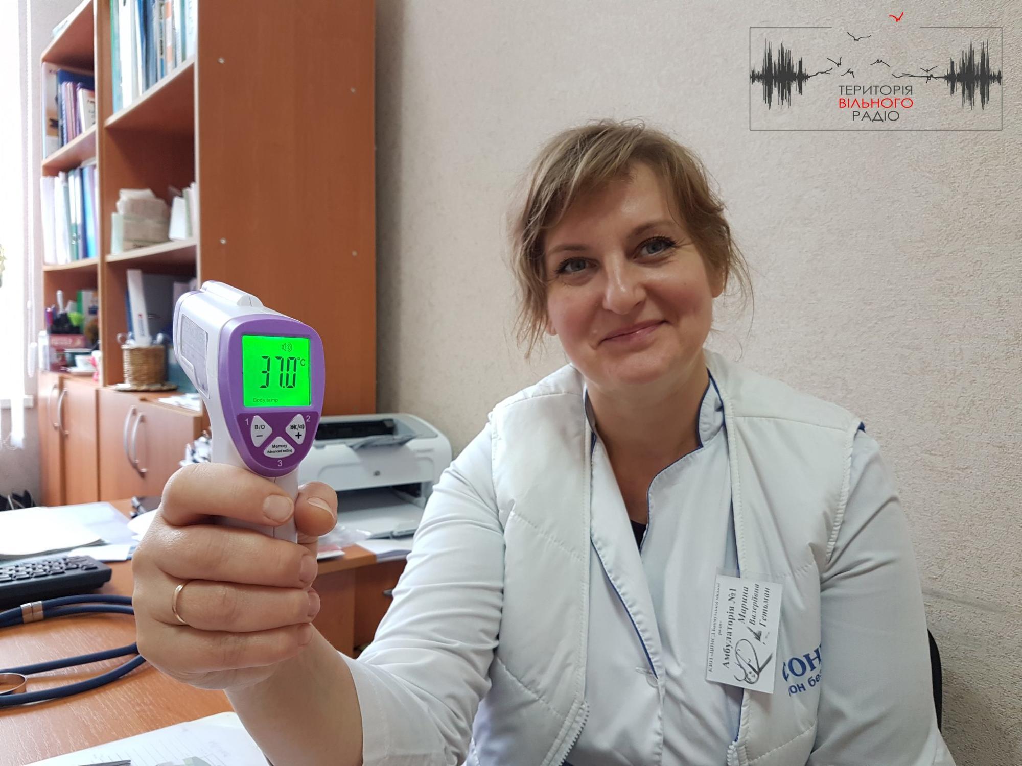 лікарка з термометром