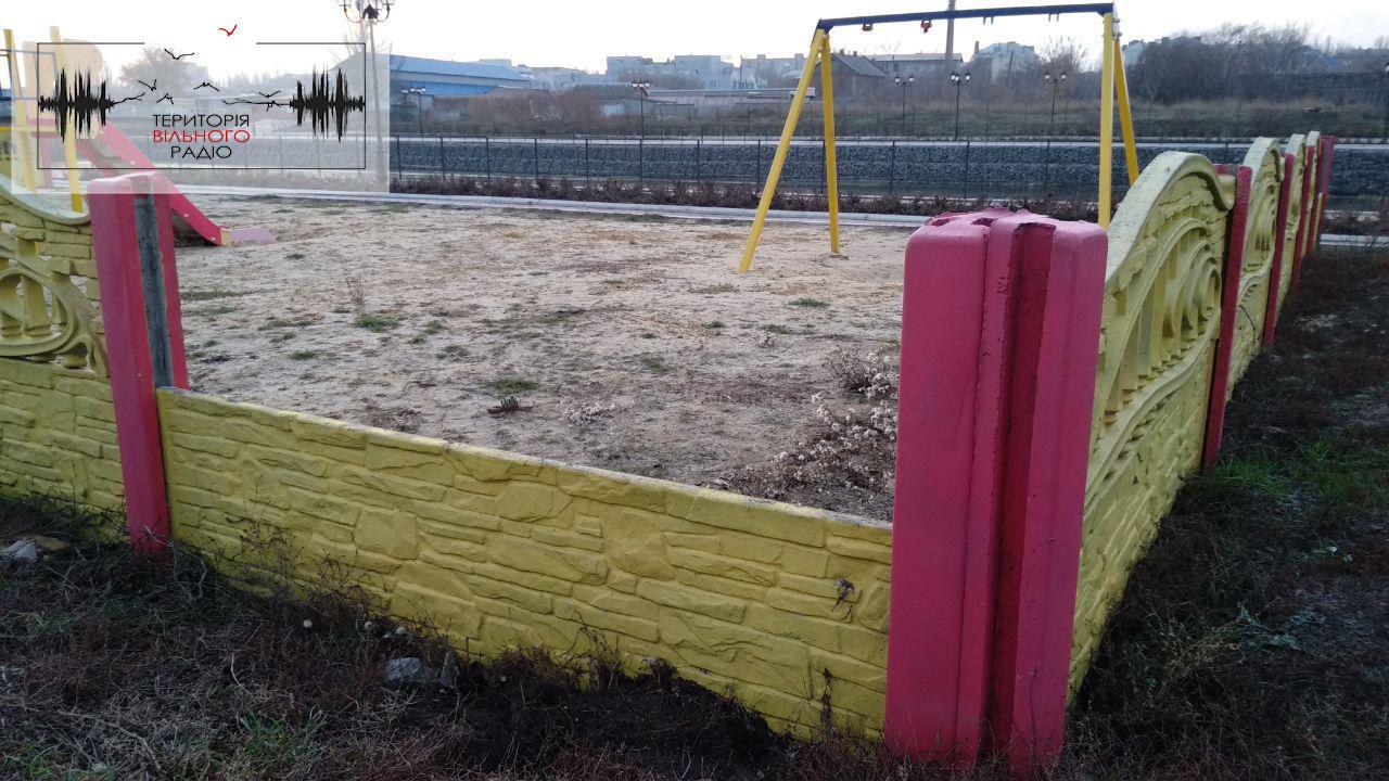 На відремонтованій набережній у Бахмуті вже зламали паркан