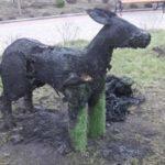 В Бахмуті невідомі підпалили топіарних тварин на набережній, яку нещодавно озеленили (ФОТО)