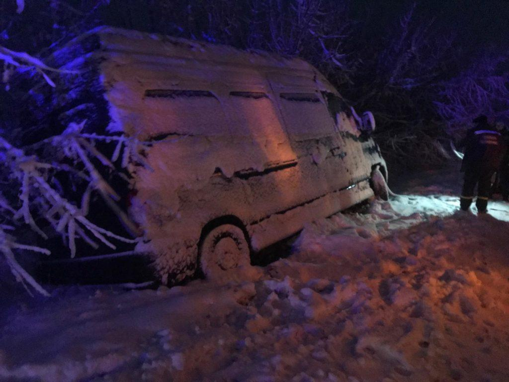 Наслідки негоди: 50 міст Донеччини частково без світла, десятки машин в снігу