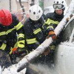 Наслідки негоди: 50 міст Донеччини частково без світла, десятки машин в снігу (ФОТО)