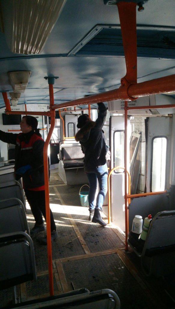 В Бахмуті комунальники дезінфікують тролейбуси, щоб запобігти поширенню інфекцій
