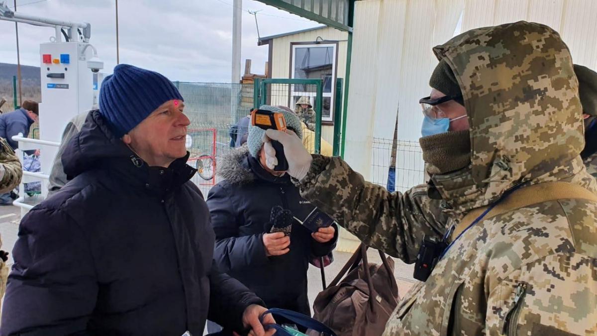 міряють температуру на КПВВ на Донбасі