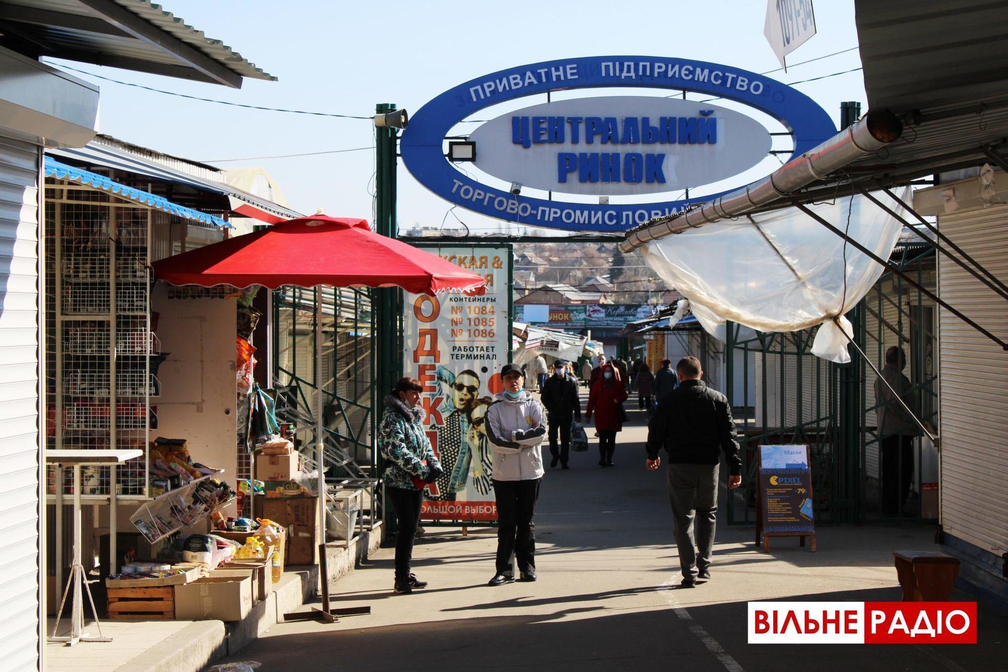 """""""Несанкціонована торгівля"""": Центральний ринок Бахмута працює попри заборону (ФОТО)"""