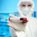 Медсестра Мирноградської лікарні заразилась коронавірусом на роботі