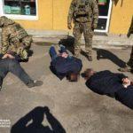 Двух правоохранителей из Донецкой области поймали на взятке (ФОТО)