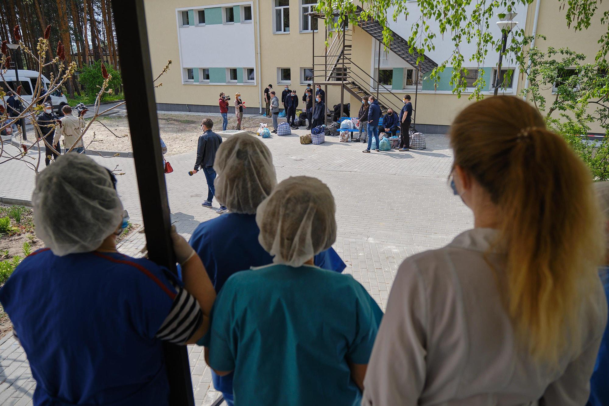 Экс-пленные украинцы, которые проходили обсервацию в Святогорске, встретились с родными