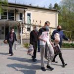 Экс-пленные украинцы встретились с родными после обсервации (фото)