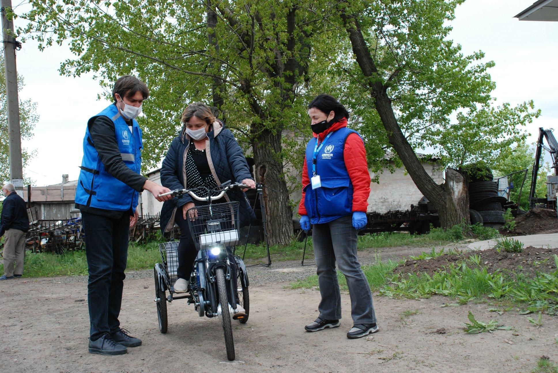 Соцпрацівникам прифронтових селищ Донбасу подарують 75 електровелосипедів