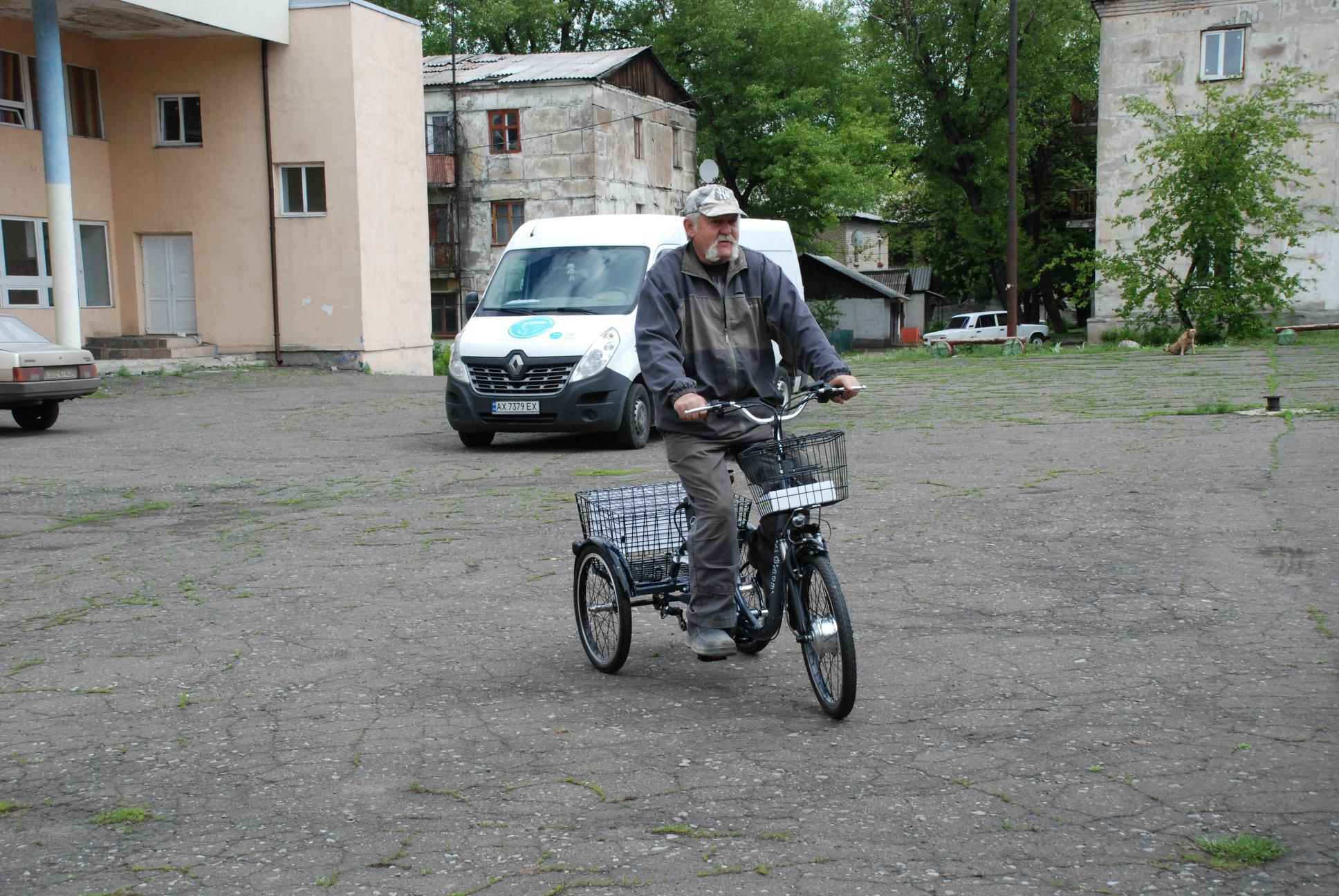 Соцработникам прифронтовых поселков Донбасса подарят 75 электровелосипедов