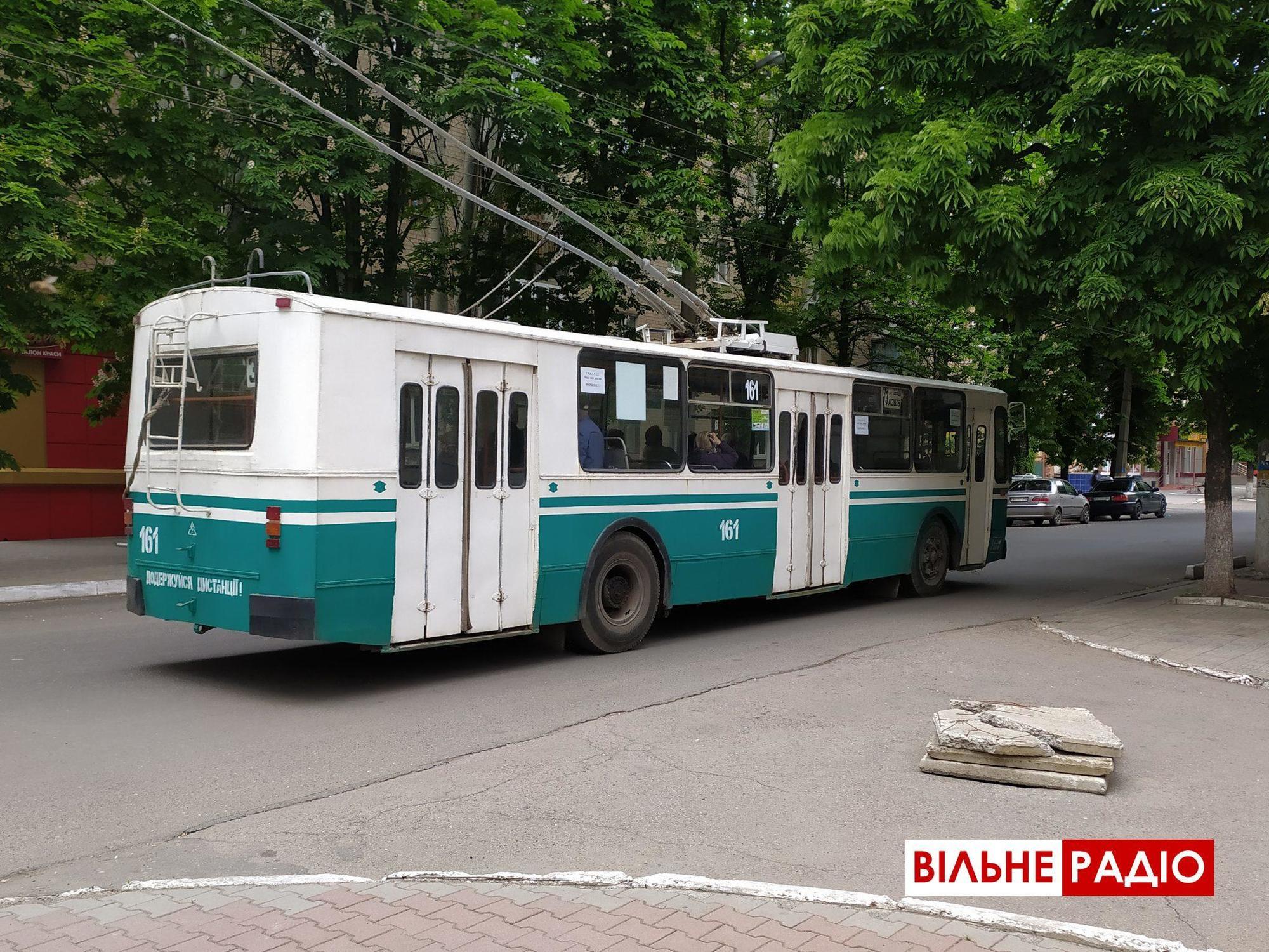 З масками та дезинфекцією поручнів: Тролейбуси та маршрутки Бахмута повернулись на маршрут (ФОТО)