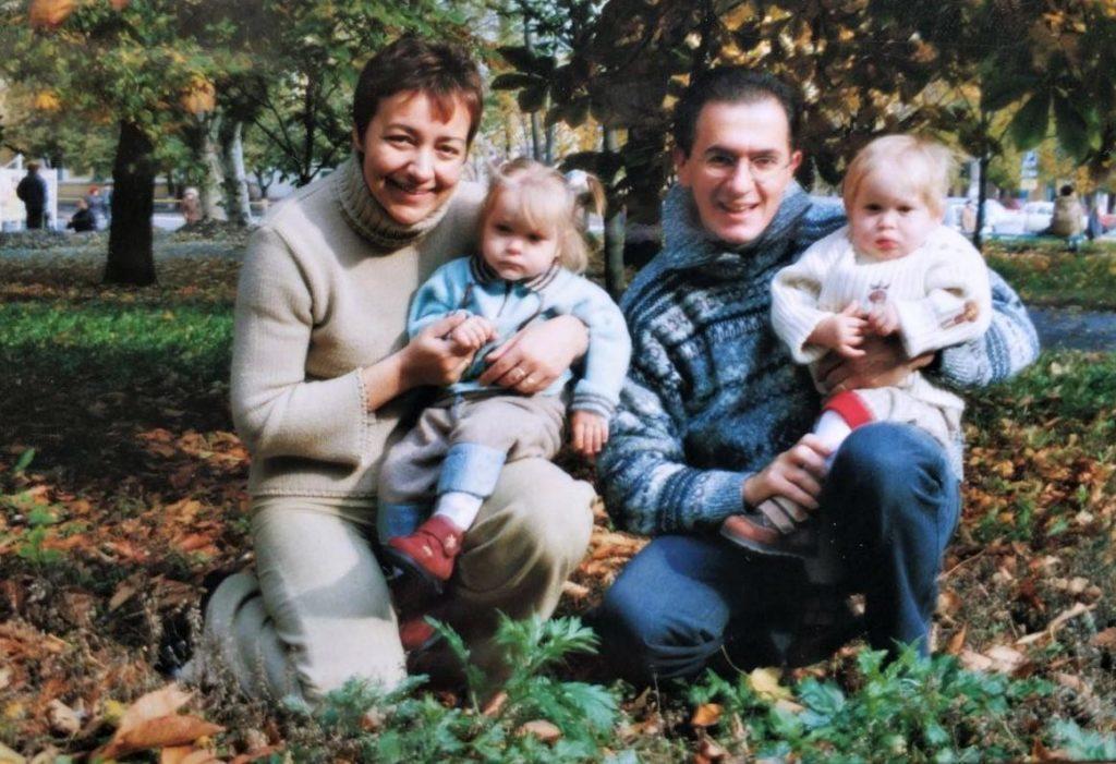 родина з дітьми в парку