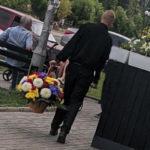 """Гостя Бахмута впіймали на викраденні букету квітів з """"Меморіалу Слави"""". Його судитимуть"""