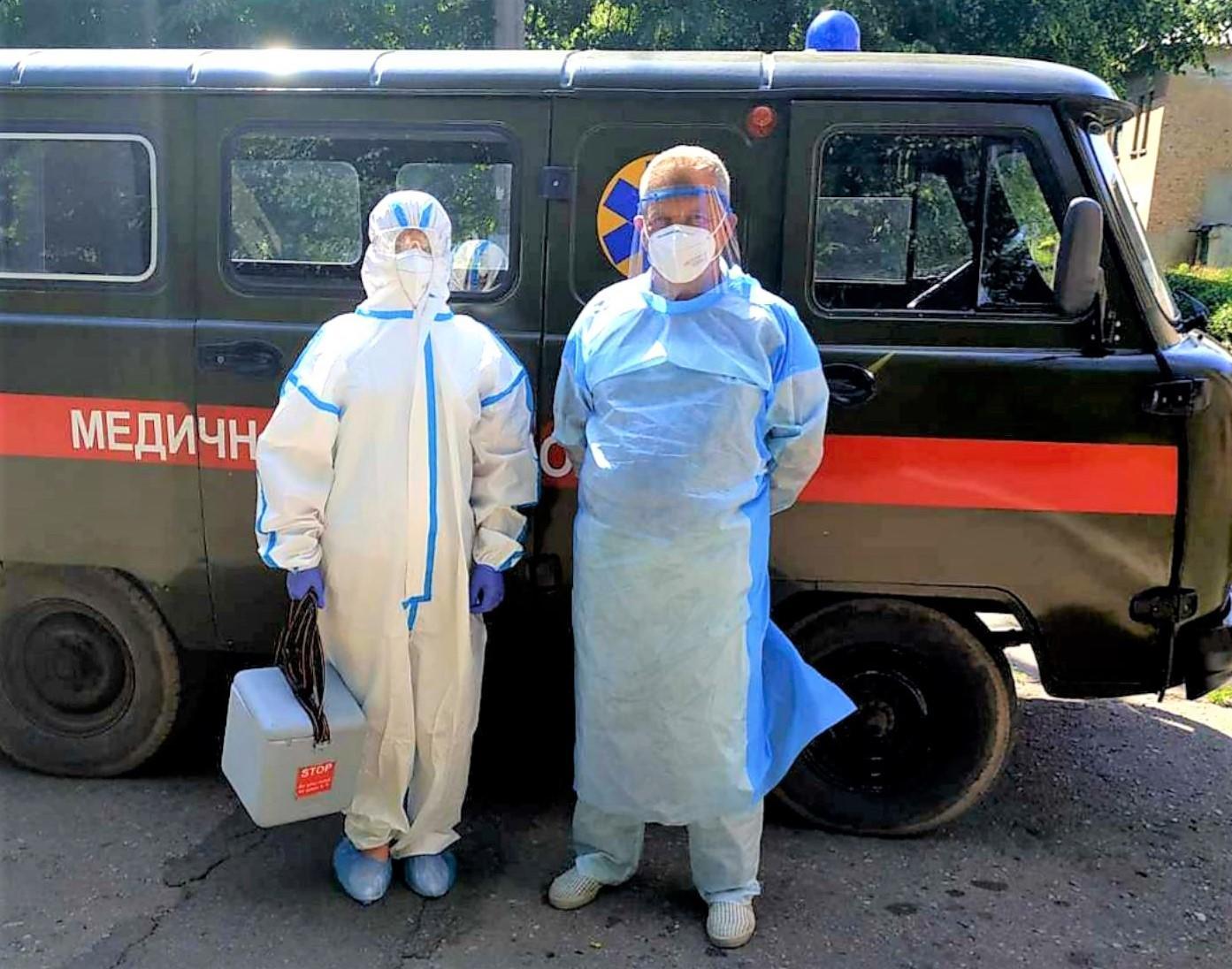 медпрацівники захисні костюми