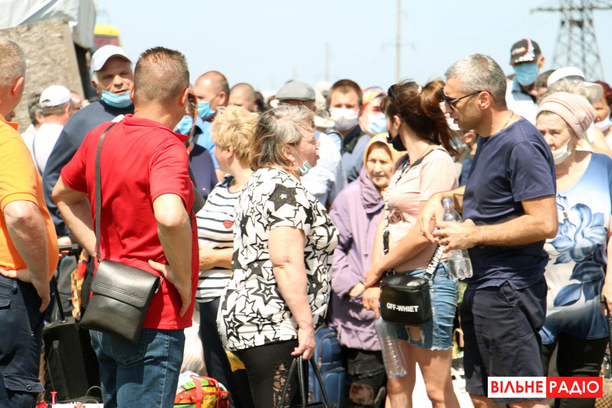 """Понад 40 людей забрали з КПВВ """"Новотроїцьке"""" в лікарню. Там вони пройдуть обсервацію"""