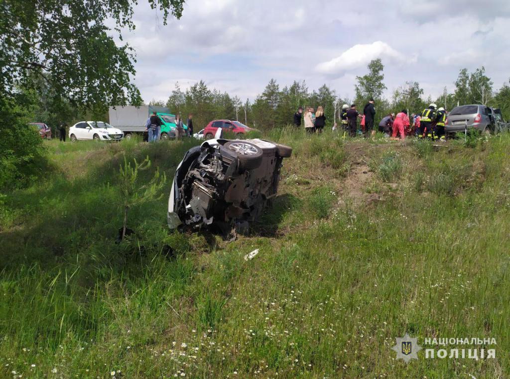 На Донеччині зіткнулися 2 легковики. В аварії загинув пасажир, а його 5-річну доньку і дружину госпіталізували