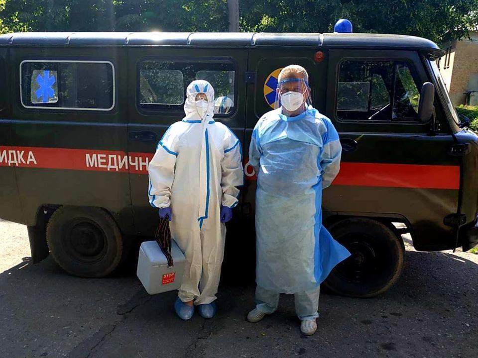 мобільна бригада медики в захисних костюмах