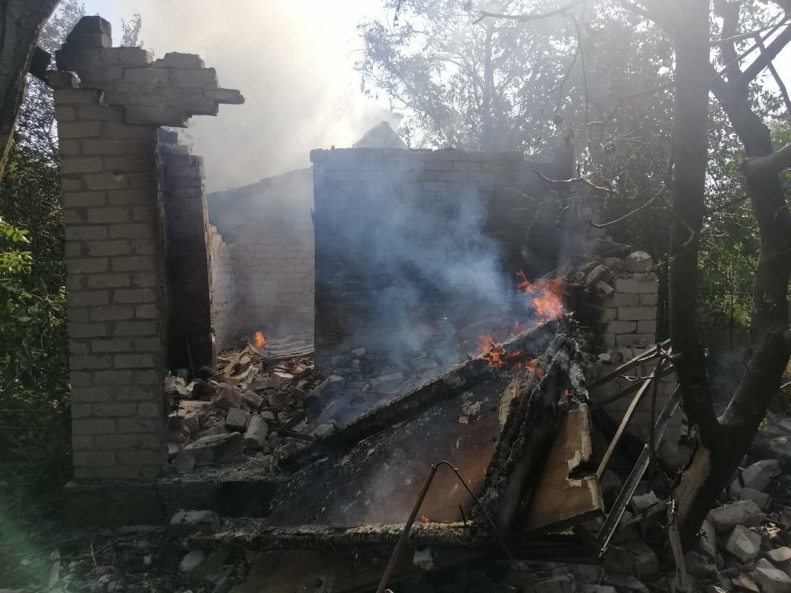 Мины боевиков снова долетели в жилой квартал. Из-за обстрела в Донецкой области сгорели 2 дома
