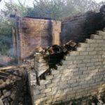 Міни бойовиків знову долетіли в житловий квартал. Через обстріл на Донеччині згоріли 2 будинки