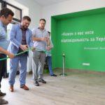 """З цитатою Зеленського на вході та тортом у формі Лаври. У Слов'янську відкрили обласний офіс """"Слуги народу"""""""