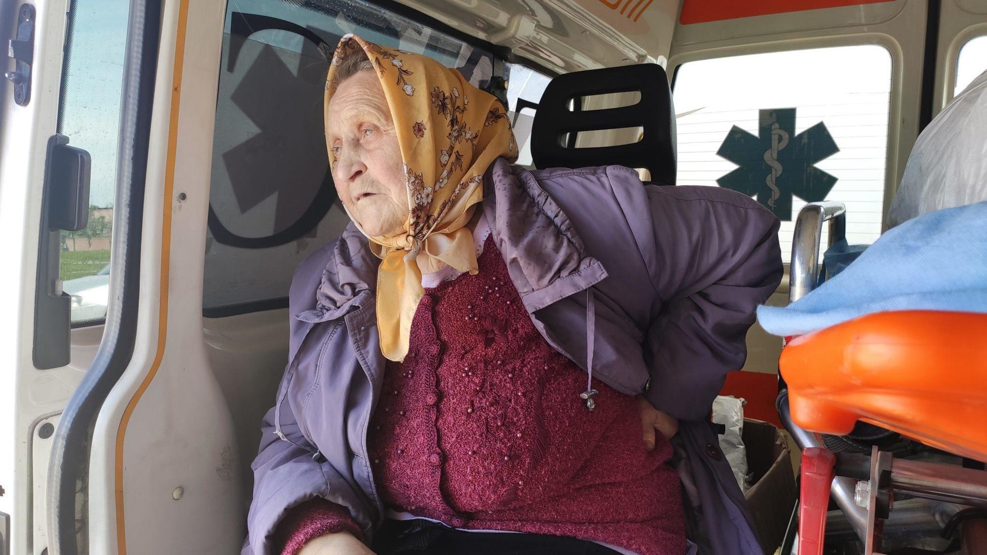 літня жінка КПВВ бабуся медична допомога волонтери Донбас