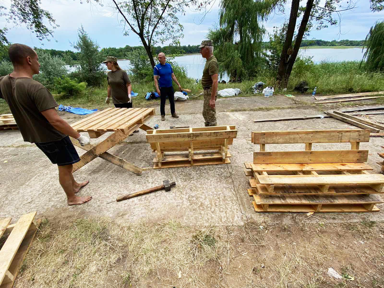 У Часів Ярі військові 65 госпіталю зробили лаунж-зону на місцевому пляжі (ФОТО)