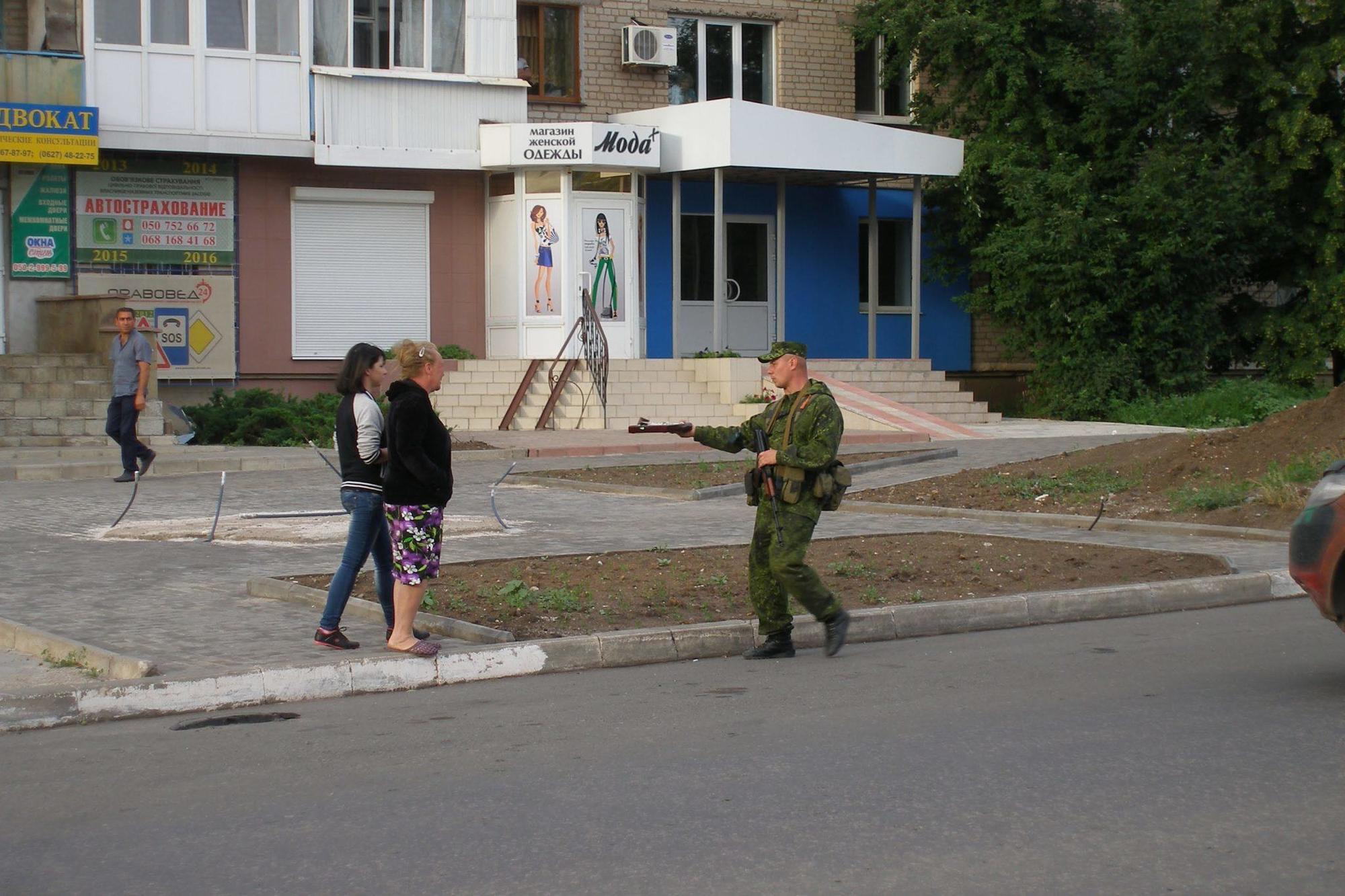 бойовик ДНР роздає прикраси окупація Бахмут