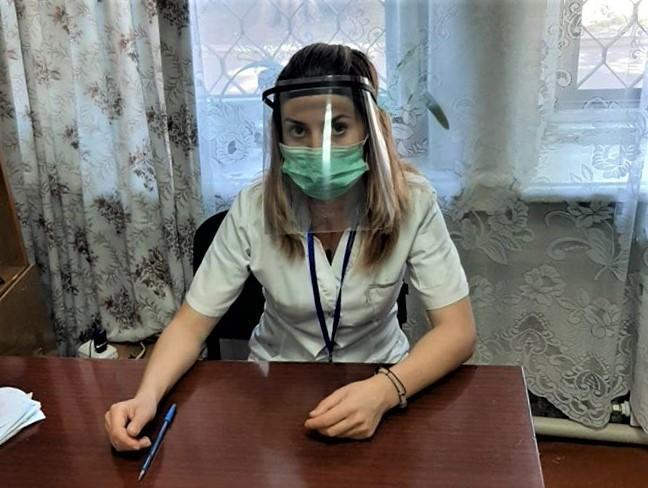 медпрацівниця щіток ЗІЗ
