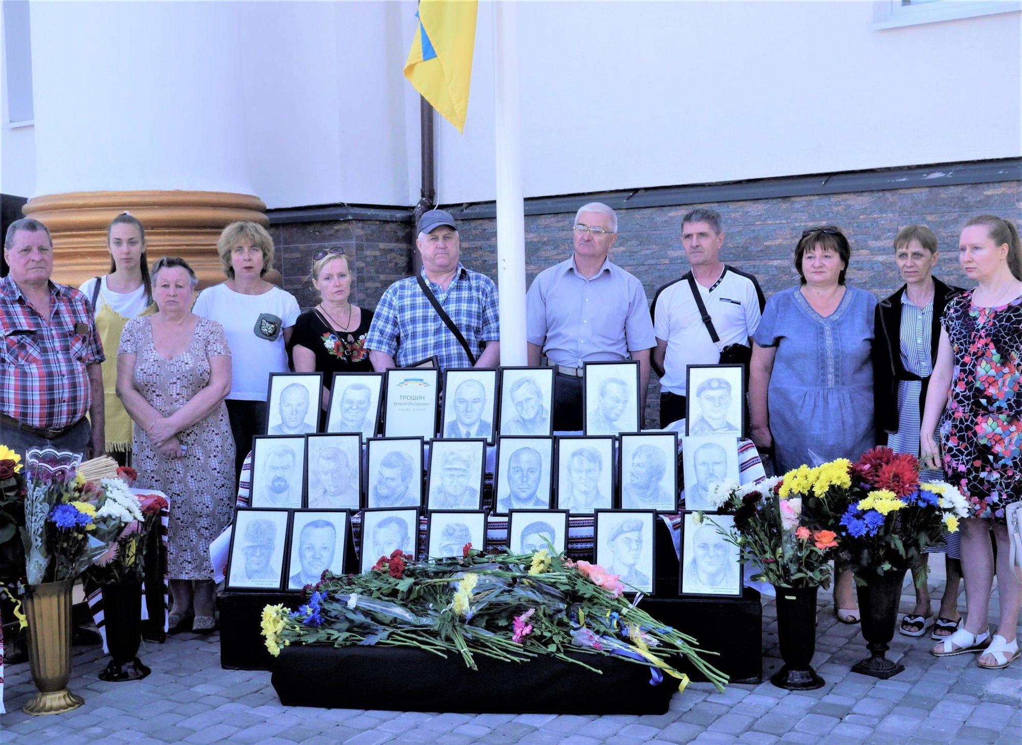 переносная инсталляция погибшие на Донбассе портреты родители погибших