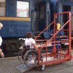 На залізничних станціях великих міст сходу з'являться підйомники для людей на візках